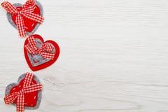 Fondo del día de tarjetas del día de San Valentín con los corazones hechos a mano del juguete sobre t de madera Imágenes de archivo libres de regalías