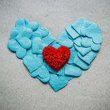 Fondo del día de tarjetas del día de San Valentín con los corazones rojos y azules en vagos del grunge Fotografía de archivo