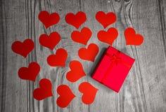 Fondo del día de tarjetas del día de San Valentín con los corazones y el regalo de papel handmaded o fotos de archivo libres de regalías