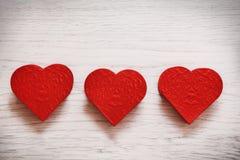 Fondo del día de tarjetas del día de San Valentín con tres corazones Imágenes de archivo libres de regalías