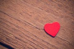 Fondo del día de tarjetas del día de San Valentín, corazón en fondo de madera fotografía de archivo libre de regalías
