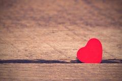Fondo del día de tarjetas del día de San Valentín, corazón en fondo de madera foto de archivo