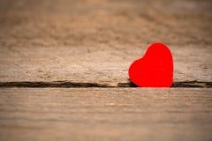 Fondo del día de tarjetas del día de San Valentín, corazón en fondo de madera imagen de archivo libre de regalías