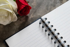 Fondo del día de tarjetas del día de San Valentín Corazones de la tarjeta del día de San Valentín con la nota en blanco abierta Imagenes de archivo