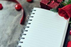 Fondo del día de tarjetas del día de San Valentín Corazones de la tarjeta del día de San Valentín con la nota en blanco abierta Foto de archivo libre de regalías