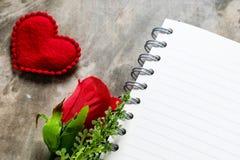 Fondo del día de tarjetas del día de San Valentín Corazones de la tarjeta del día de San Valentín con la nota en blanco abierta Imagen de archivo libre de regalías