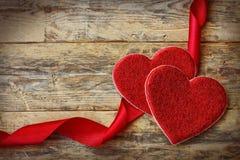 Fondo del día de tarjetas del día de San Valentín del día de fiesta con dos corazones Imágenes de archivo libres de regalías