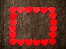 Fondo del día de tarjetas del día de San Valentín, marco de los corazones en backg de madera imagen de archivo