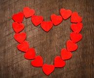 Fondo del día de tarjetas del día de San Valentín, marco de los corazones en backg de madera imágenes de archivo libres de regalías