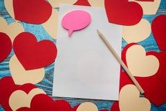 Fondo del día de tarjetas del día de San Valentín adornado con los corazones y el coche rojos del amor Fotografía de archivo
