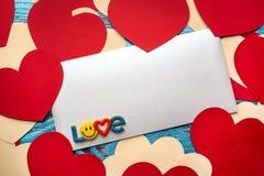 Fondo del día de tarjetas del día de San Valentín adornado con los corazones y el coche rojos del amor Fotos de archivo libres de regalías