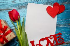 Fondo del día de tarjetas del día de San Valentín adornado con los corazones y el coche rojos del amor Foto de archivo