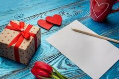 Fondo del día de tarjetas del día de San Valentín adornado con los corazones y el coche rojos del amor Fotos de archivo