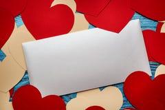 Fondo del día de tarjetas del día de San Valentín adornado con los corazones y el coche rojos del amor Fotografía de archivo libre de regalías