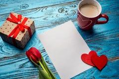 Fondo del día de tarjetas del día de San Valentín adornado con los corazones y el coche rojos del amor Imágenes de archivo libres de regalías