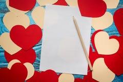 Fondo del día de tarjetas del día de San Valentín adornado con los corazones y el coche rojos del amor Imagen de archivo