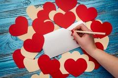 Fondo del día de tarjetas del día de San Valentín adornado con los corazones y el coche rojos del amor Imagen de archivo libre de regalías