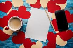 Fondo del día de tarjetas del día de San Valentín adornado con los corazones y el coche rojos del amor Imagenes de archivo
