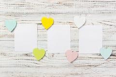 Fondo del día de tarjetas del día de San Valentín con los corazones en fondo de madera Fotografía de archivo