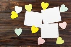 Fondo del día de tarjetas del día de San Valentín con los corazones en fondo de madera Imagen de archivo