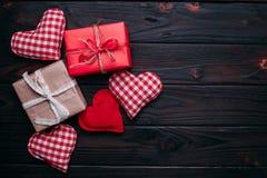 Fondo del día de tarjetas del día de San Valentín con los corazones y las cajas de regalo handmaded o foto de archivo libre de regalías