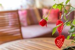 Fondo del día de tarjetas del día de San Valentín Corazones de los rojos y rosa hechos a mano del rojo en la tabla de madera Fotografía de archivo libre de regalías