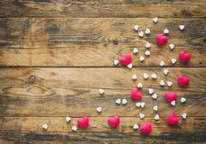 Fondo del día del ` s de la tarjeta del día de San Valentín con los corazones rojos blancos del montón Fotos de archivo libres de regalías