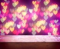 Fondo del día del ` s de la tarjeta del día de San Valentín, tabla de madera vieja, luz borrosa Fotos de archivo