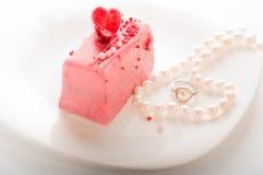 Fondo del día del ` s de la tarjeta del día de San Valentín, concepto del amor, corazón dos en collar de la perla en el platillo Imágenes de archivo libres de regalías