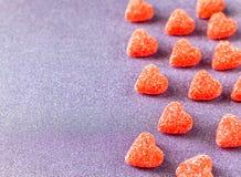 Fondo del día del ` s de la tarjeta del día de San Valentín Dulces formados caramelo gomoso del corazón foto de archivo libre de regalías