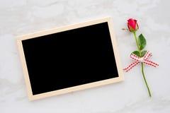 Fondo del día del ` s de la tarjeta del día de San Valentín, plantilla, rosa del rojo y chalkbo en blanco Fotos de archivo libres de regalías