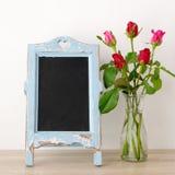 Fondo del día del ` s de la tarjeta del día de San Valentín, rosas rojas y chalkboa en blanco del vintage Foto de archivo