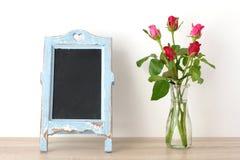 Fondo del día del ` s de la tarjeta del día de San Valentín, rosas rojas y chalkboa en blanco del vintage Imagen de archivo