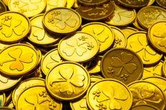 Fondo del día del `s del St Patrick Monedas de oro con el trébol bajo sol suave, concepto festivo del día de St Patrick fotos de archivo