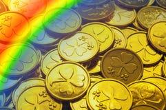 Fondo del día del `s del St Patrick Monedas de oro con el trébol y el arco iris, símbolos del día de St Patrick imagen de archivo libre de regalías
