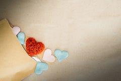 Fondo del día de tarjetas del día de San Valentín con los corazones rojos sobre el CCB del papel de la textura Imagen de archivo libre de regalías