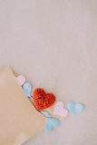 Fondo del día de tarjetas del día de San Valentín con los corazones rojos sobre el CCB del papel de la textura Fotografía de archivo
