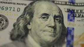 fondo del denaro contante Il ritratto di Benjamin Franklin sulla fine della fattura di dollaro americano 100 su, l'immagine è gir archivi video