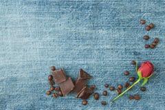 Fondo del denim del biglietto di S. Valentino, cartolina d'auguri con i chicchi di caffè, accesi Fotografia Stock