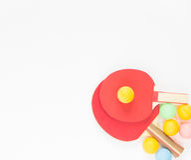 Fondo del deporte Estafas rojas del ping-pong y bolas varicolored Endecha plana, visión superior Fotografía de archivo libre de regalías