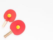 Fondo del deporte Estafas y bolas rojas del ping-pong Endecha plana, visión superior Imagenes de archivo