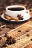 Fondo del desayuno: café con los palillos del anís y de canela fotos de archivo