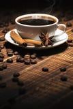 Fondo del desayuno: café con los palillos del anís y de canela fotografía de archivo