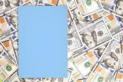 Fondo del dinero con la maqueta de papel azul clara Lugar de Copyspace para el texto Moneda de los E.E.U.U. cientos billetes de b Imagen de archivo