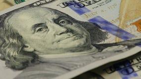 fondo del dinero del efectivo El retrato de Benjamin Franklin en cierre de la cuenta de dólar de EE. UU. 100 para arriba, la imag almacen de metraje de vídeo