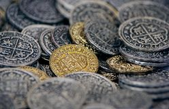Fondo del dinero: monedas viejas múltiples Imágenes de archivo libres de regalías