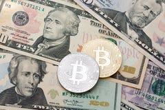 Fondo del efectivo del dólar, billete de banco y cruptycur de oro y de plata imagen de archivo