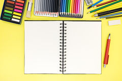 Fondo del escritorio del estudiante con la libreta e inmóvil para escribir Imagenes de archivo