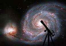 Fondo del espacio con la silueta del telescopio Galaxia de Whirlpool Imágenes de archivo libres de regalías