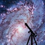 Fondo del espacio con la silueta del telescopio 83 más sucios Imagen de archivo